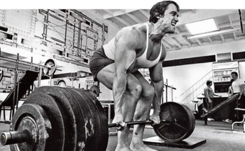 Arnold haciendo peso muerto